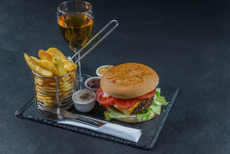 De rechterkantmening over een vlam roosterde dubbele stapelcheeseburger, le stock fotografie