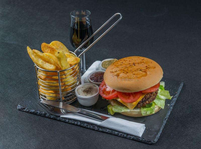 De rechterkantmening over een vlam roosterde dubbele stapelcheeseburger, le royalty-vrije stock foto's