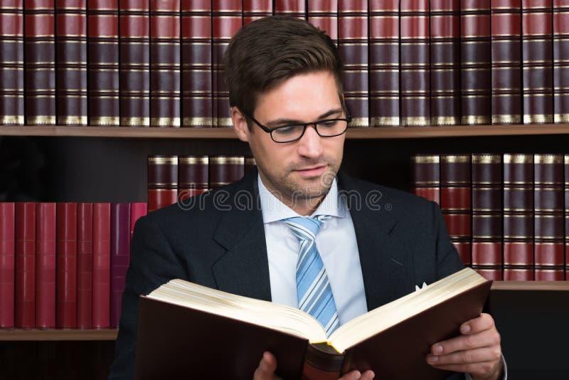 De Rechtszaal van verdedigerreading book at royalty-vrije stock foto's