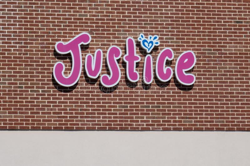 De rechtvaardigheid is een kledingsopslag marketing aan 'tween 'meisjes royalty-vrije stock afbeelding