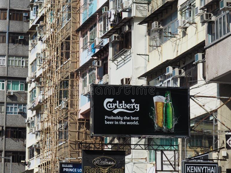 De reclametekens van diverse buitenlandse biermerken wijzen op het internationale karakter van royalty-vrije stock fotografie