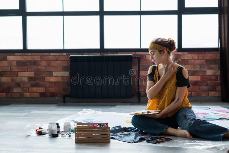 De recreatie het vrouwelijke kunstenaar van de kunsthobby schilderen royalty-vrije stock afbeeldingen
