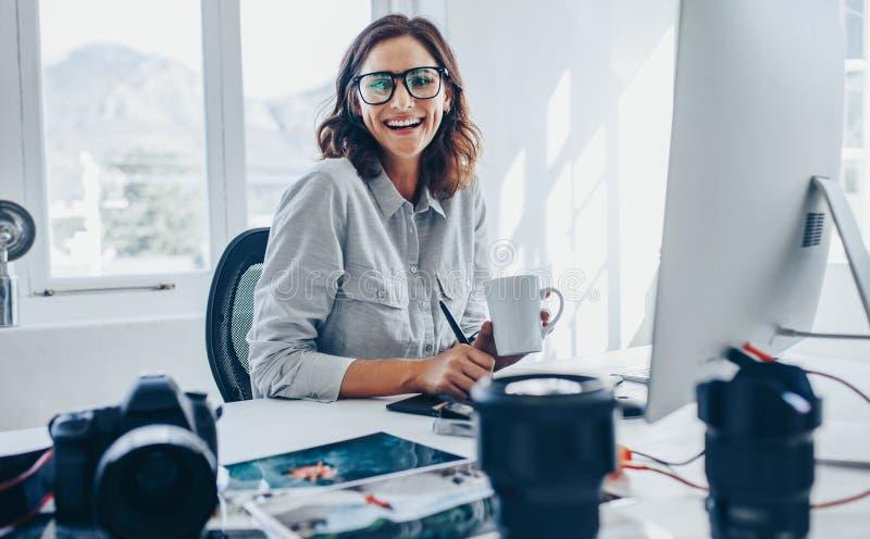 De redacteur van de vrouwenfoto op kantoor royalty-vrije stock foto