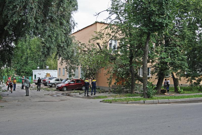 De reddingsdienst kwam bij de scène met een boom aan die op het gebouw toe te schrijven aan een zeer hoge wind in Veliky Novgorod royalty-vrije stock foto