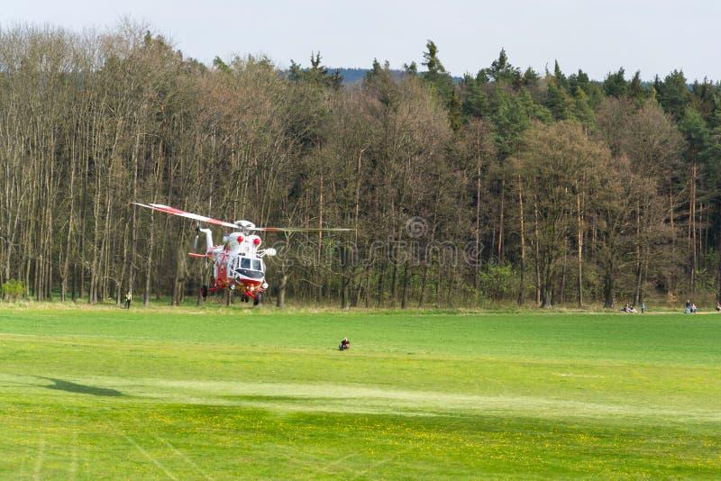 De reddingshelikopter van PZL w-3 Sokol het vliegen royalty-vrije stock afbeelding