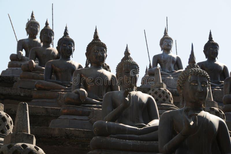 De reeks de standbeelden van Boedha en kleine stupas in Gangaramaya-tempel, Colombo Gangaramaya is belangrijke Boeddhistische cen stock foto's