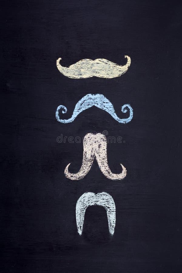 De reeks kleurrijke snorren overhandigt getrokken op bord stock foto