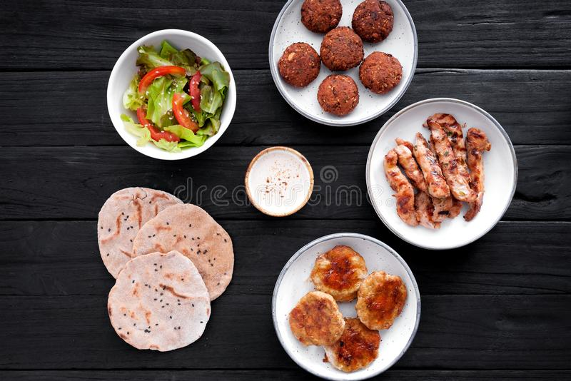 De reeks met kip en falafel stock afbeelding