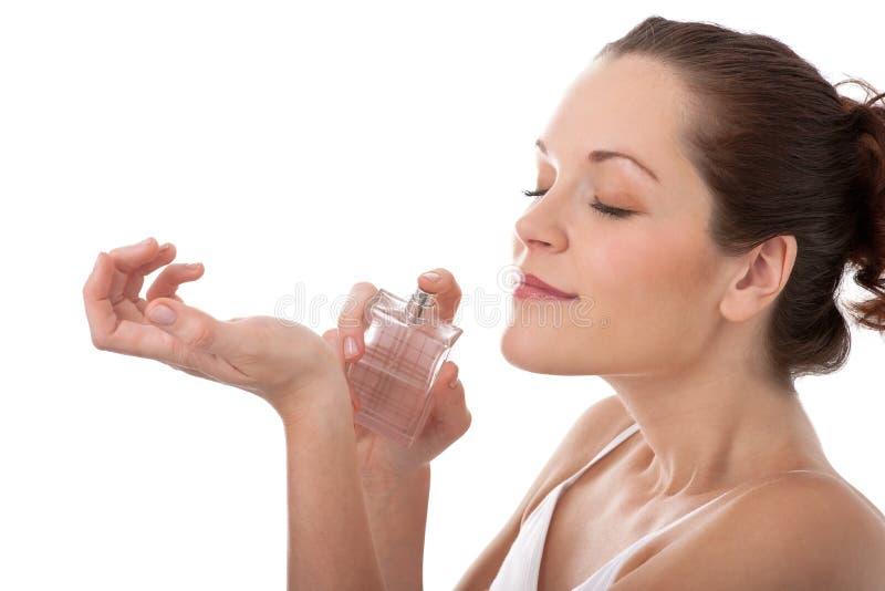 De reeks van de lichaamsverzorging - Jonge vrouw die parfum toepast stock fotografie
