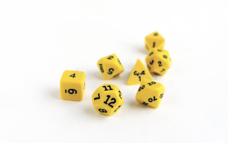 De reeks van geel dobbelt voor rpg, dnd, tafelblad of raadsspelen op lichte achtergrond stock afbeeldingen