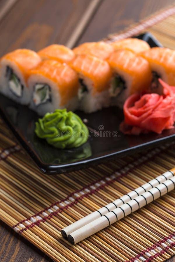 De reeks van het sushibroodje, de broodjes van Californië en stokken, verticaal beeld royalty-vrije stock foto