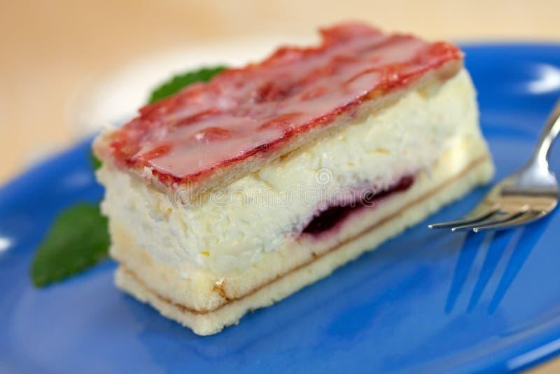 De reeks van het voedsel: buitensporige cake met rode fruitgelei stock fotografie