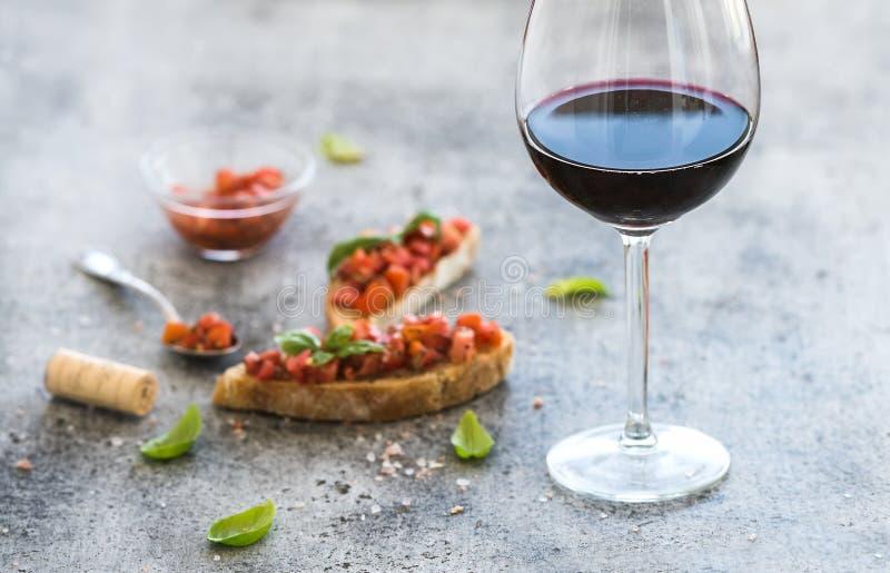 De reeks van het wijnvoorgerecht Glas rode wijn, brushettas royalty-vrije stock foto's