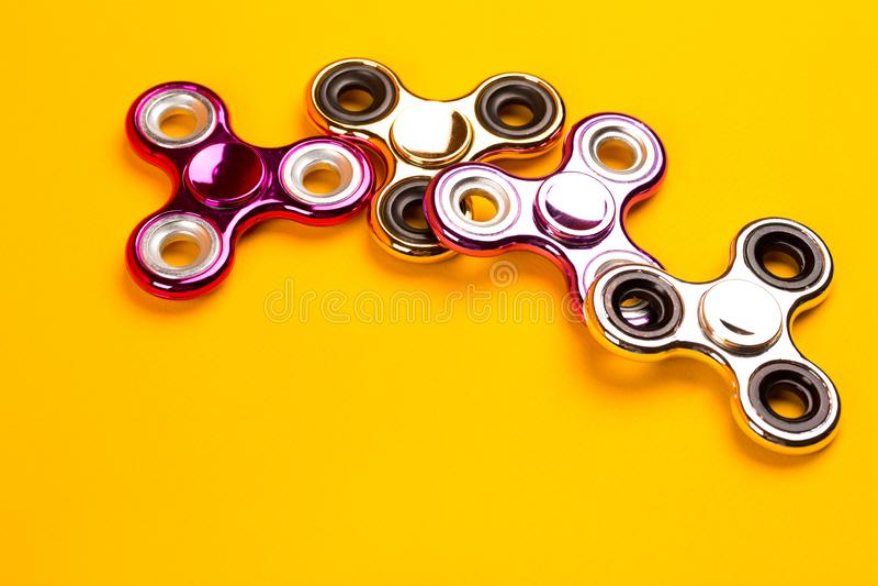 De reeks van multicolored friemelt spinners stock foto's