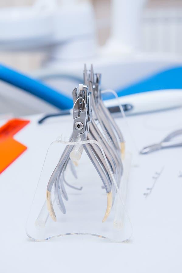 De reeks van OrthodontistDental klemmen en buigtang en andere hulpmiddelen op de het werk lijstoppervlakte royalty-vrije stock foto's