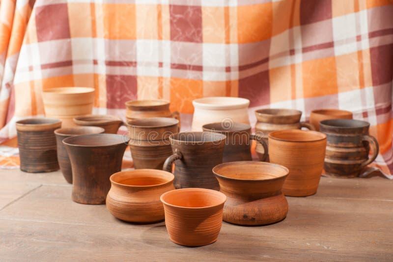 De reeks van traditioneel handcrafted mokken royalty-vrije stock afbeeldingen