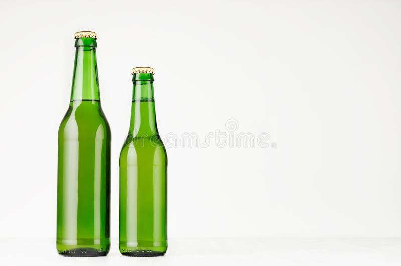 De reeks van twee groene flessen van het longneckbier 330ml, bespot omhoog stock foto's