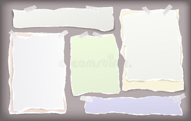 De reeks van wit en kleurrijk gescheurd notitieboekjedocument, gescheurde notadocument stroken plakte met kleverige band op bruin royalty-vrije illustratie