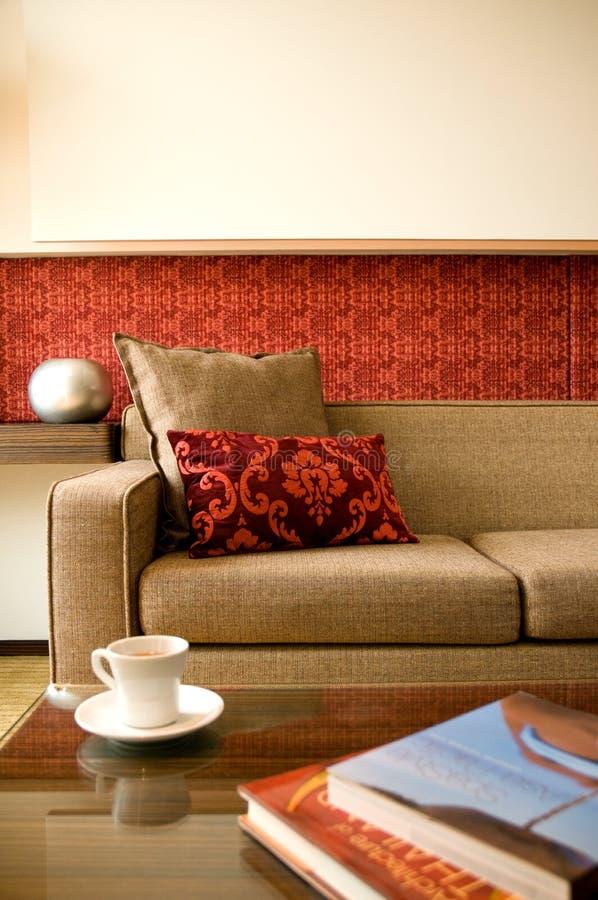 De reekswoonkamer van het hotel met binnenlands ontwerp stock fotografie