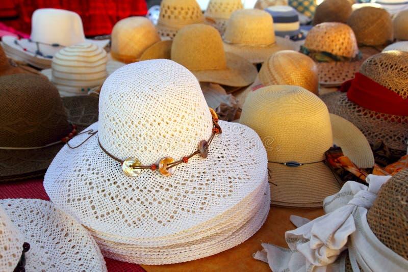 De regeling van hoeden op de ambachtwinkel van de markthand stock fotografie