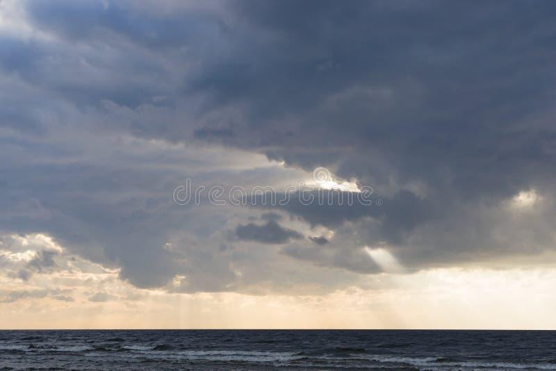 De regen betrekt over Oostzee dichtbij oever vlak vóór zonsondergang, selectieve nadruk stock foto's