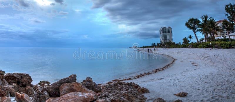 De regen giet van donkere wolken over Clam Pass Beach in Napels, Flor stock afbeelding