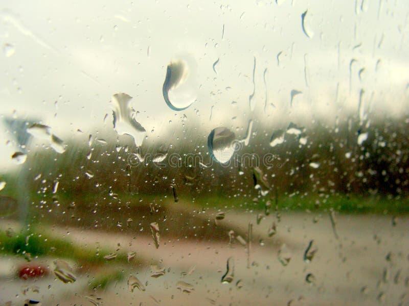 De regen op het glas stock foto's