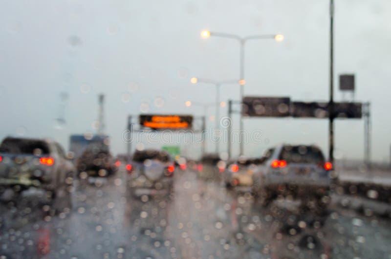 de regen van de onduidelijk beeldauto stock foto