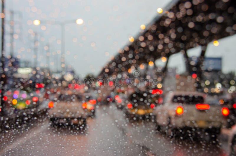 de regen van de onduidelijk beeldauto royalty-vrije stock foto's