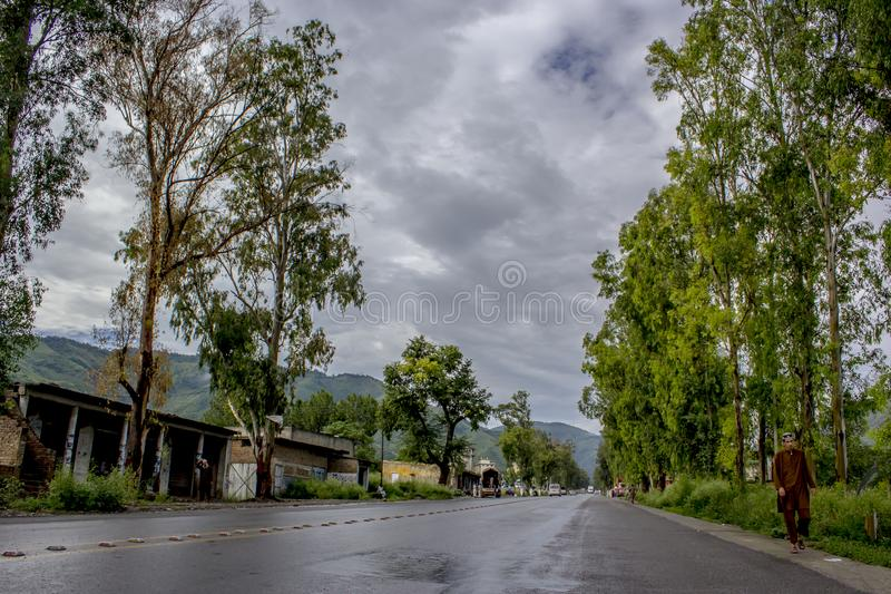 De regenachtige weg aan Noord-Pakistan stock fotografie