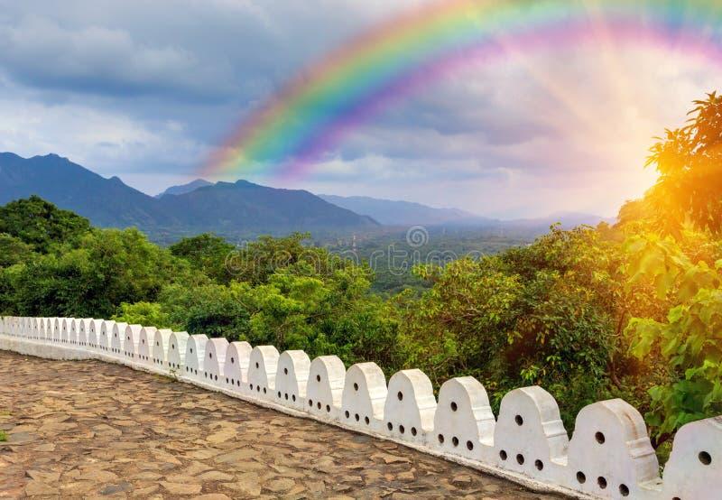De regenboog en de witte steen perken de Rotstempel van Boedha in Dambulla in, royalty-vrije stock foto