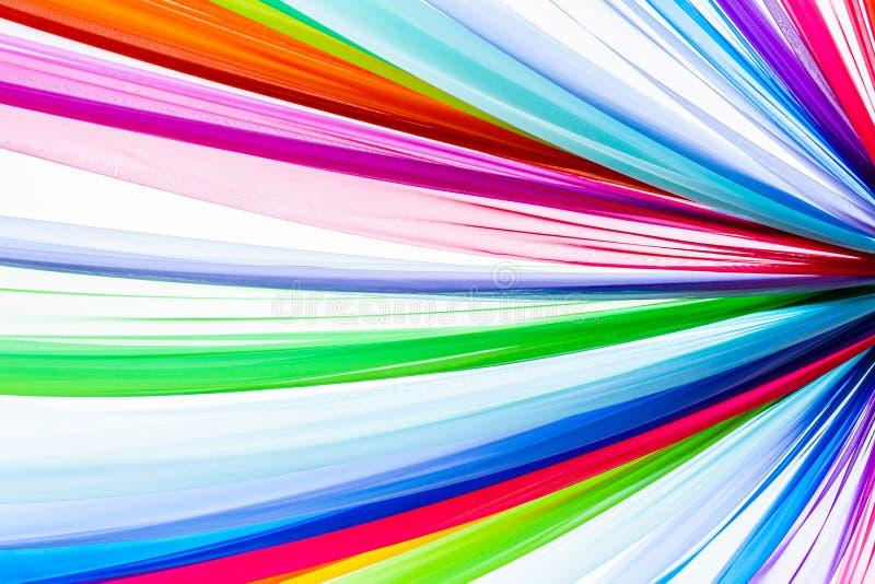 De regenboog kleedt achtergrond, kleurrijke kleren stock fotografie