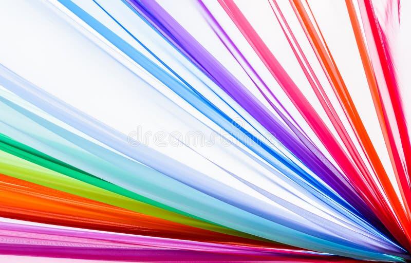De regenboog kleedt achtergrond, kleurrijke kleren royalty-vrije stock foto