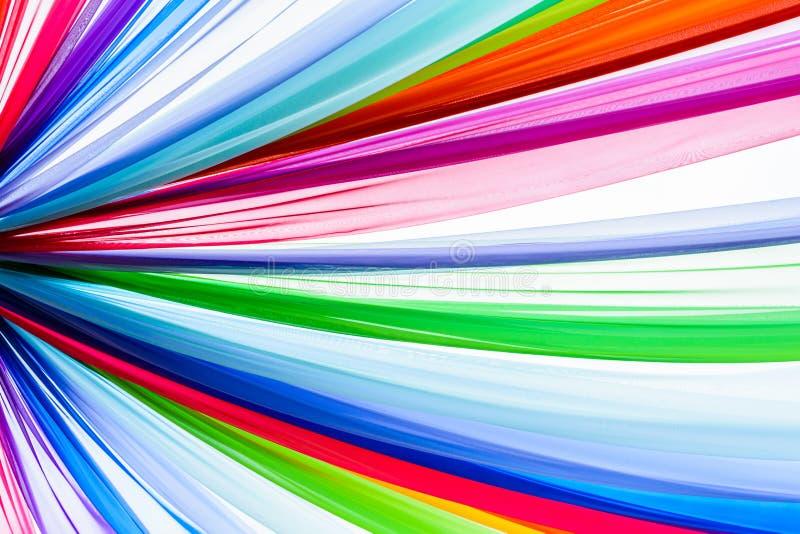 De regenboog kleedt achtergrond, kleurrijke kleren royalty-vrije stock afbeelding