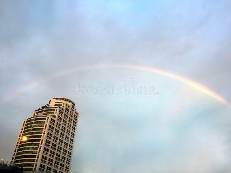 De regenboog na de regen hield op dalend royalty-vrije stock afbeeldingen