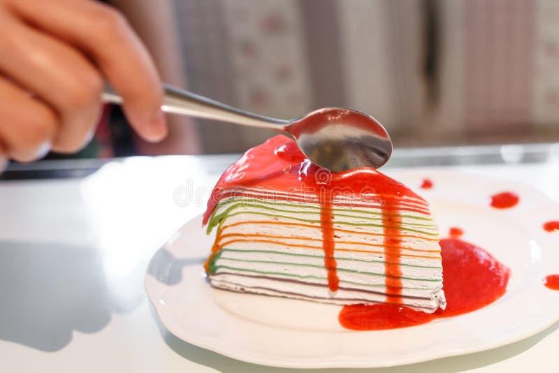 De regenboog omfloerst cake met aardbeisap stock afbeeldingen