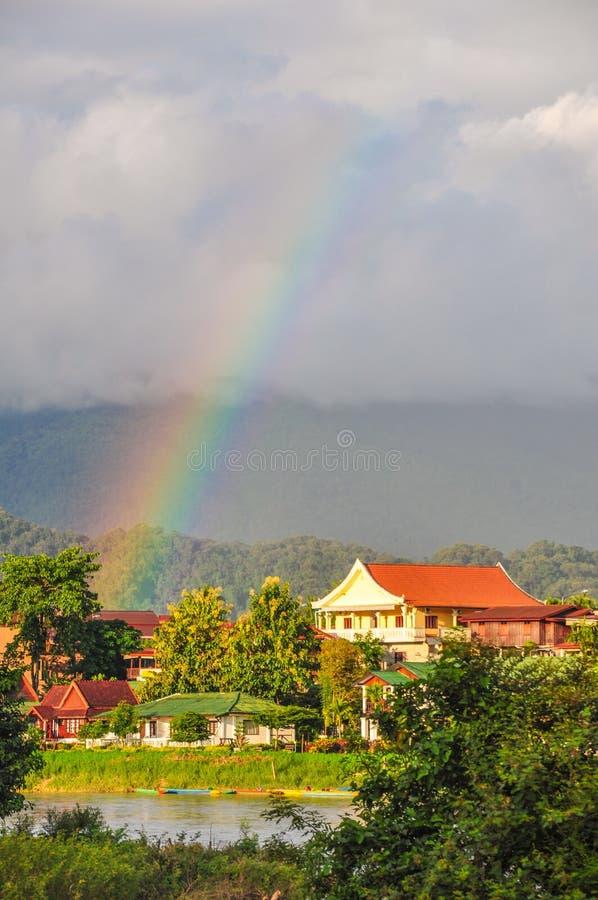 De regenboog over Vang Vieng, Laos stock afbeelding