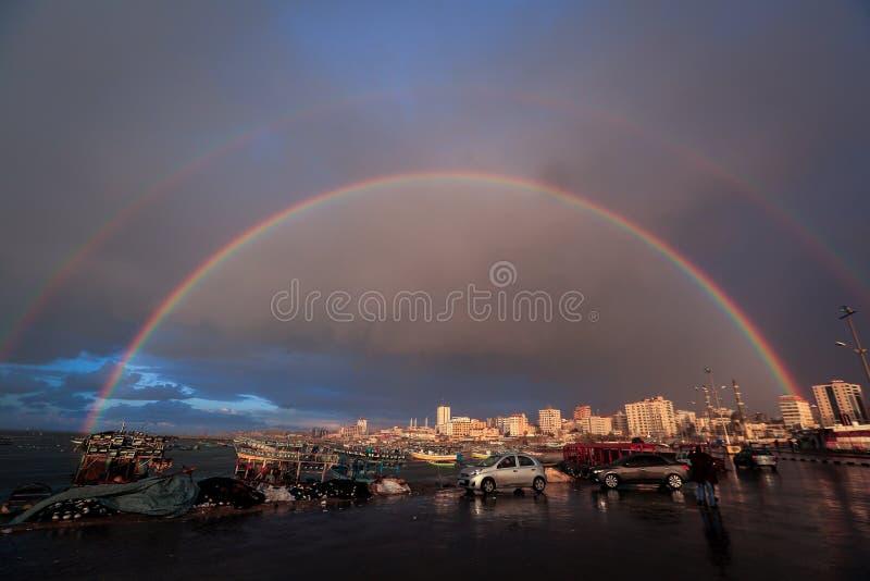 De Regenboog verschijnt binnen de haven van Gaza stock afbeelding