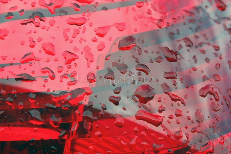 de regendruppels op rode lantaarns, autovoeten sluiten omhoog royalty-vrije stock foto's