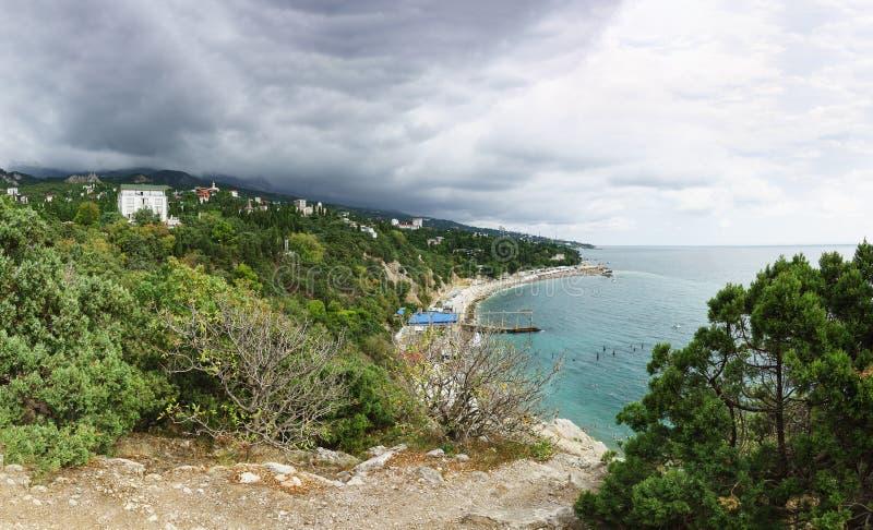 De regenwolk vindt van de bergen aan Simeiz-dorp in de Krim stock afbeeldingen