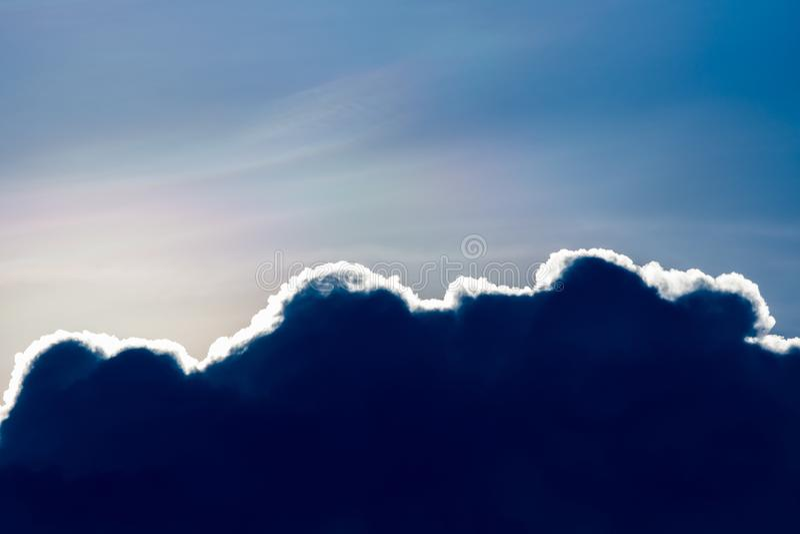 de Regenwolken van de donder strom hemel en sombere hemel in zwart-wit royalty-vrije stock afbeeldingen