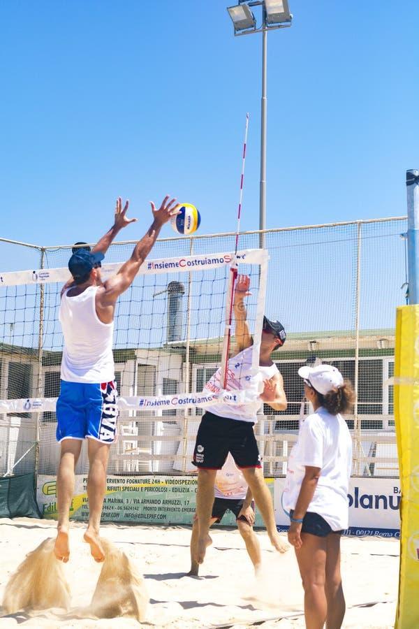 De regionale toernooien van het strandvolleyball - mens stock afbeelding