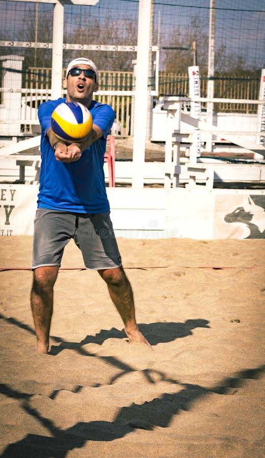 De regionale toernooien van het strandvolleyball - mens royalty-vrije stock foto