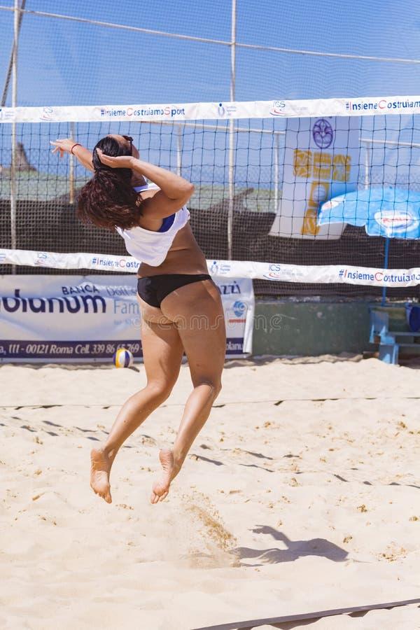 De regionale toernooien van het strandvolleyball - vrouw stock afbeelding
