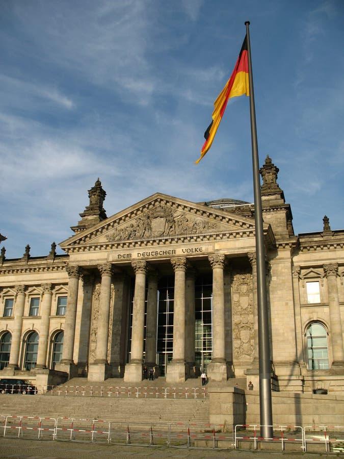 De Reichstagbouw in de Duitse vlag van Berlijn, van Duitsland en vooraan stock foto