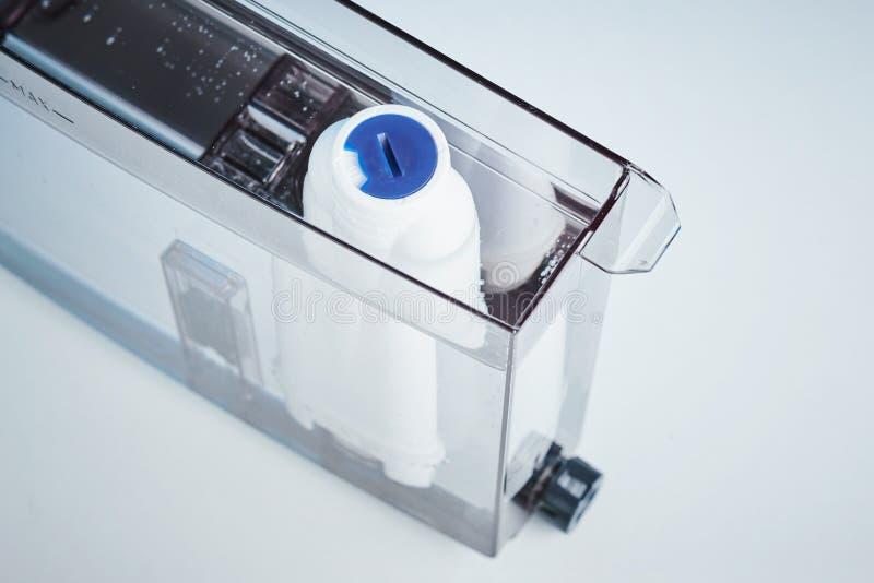De reiniging van het filterwater in de container dichte omhooggaand van de koffiemachine De toestellen van de keuken royalty-vrije stock fotografie