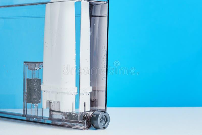 De reiniging van het filterwater in de container van de koffiemachine De toestellen van de keuken royalty-vrije stock afbeelding