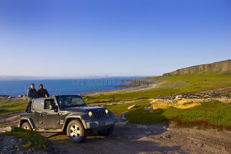 De reis, jeep Wrangler, het gebied van Moermansk, Rusland royalty-vrije stock afbeeldingen