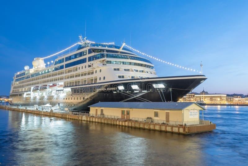 De Reis van Azamara van het cruiseschip legde bij de Engelse Dijk in St. Petersburg vast tijdens de Witte Nachten Rusland stock afbeeldingen