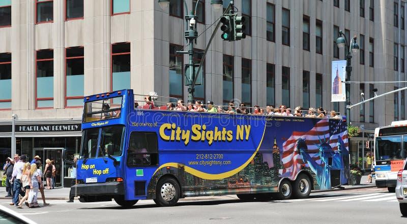 De Reis Van De Bus Het Drijven Door Uit Het Stadscentrum Manhattan Redactionele Afbeelding
